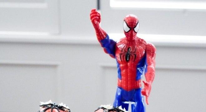 festa do homem aranha com mesa de guloseimas