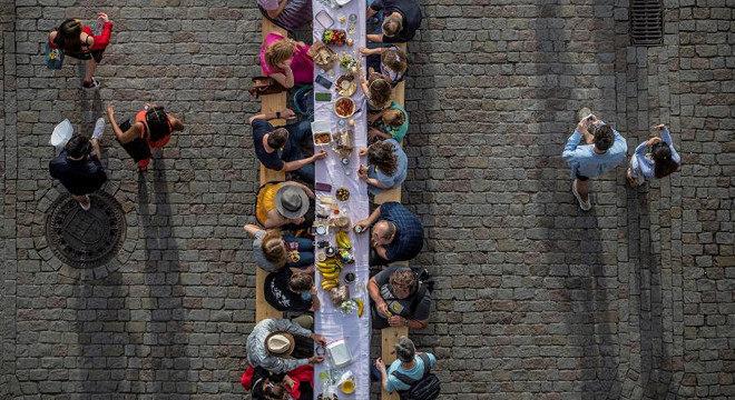 O banquete foi a forma encontrada pela prefeitura de Praga para dar as boas-vindas aos novos visitantes depois do isolamento social