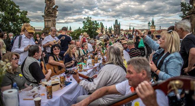 Praga reabriu para o turismo com um banquete a céu aberto, com muita comida e música