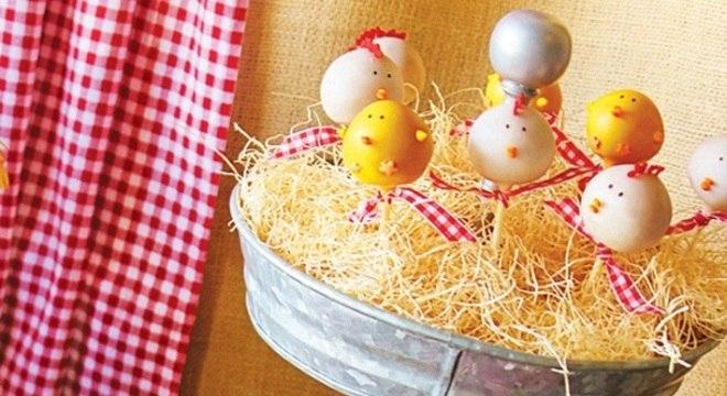 festa fazendinha com mesa de guloseimas para festa infantil personalizada