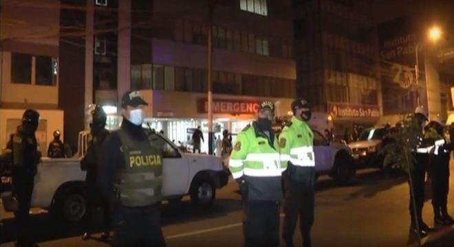 Cerca de 120 pessoas estavam no local. Entre os feridos, três eram policiais