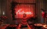 As rosas vermelhas marcaram a decoração da festa de aniversário de Poderosa (Day Mesquita) em Amor Sem Igual. Para enfeitar o cenário da mansão dos Viana, a equipe da novela usou 3.100 flores entre os arranjos espalhados pelos ambientes. Mas as curiosidades sobre esse grande evento não pararam por aí. Veja a seguir!