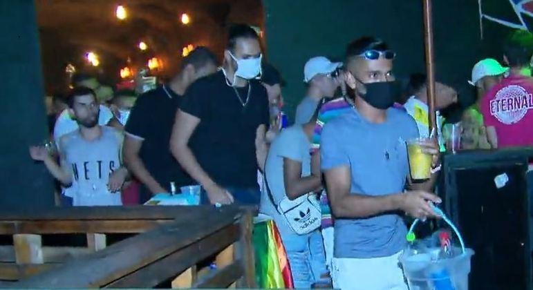 Polícia acaba com festa de quase 500 pessoas aglomeradas em Taboão da Serra (SP)