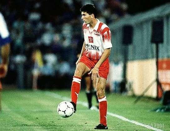 Fez um gol, ganha um carro - Em 1989, com apenas 16 anos, Zidane fez sua estreia no time profissional do Cannes. O presidente do clube, Alain Pedretti, fez uma promessa ao jovem: quando fizesse seu primeiro gol, ganharia um carro. Demorou duas temporadas para o gol sair e Zizou recebeu um Renault Clio