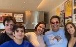 Faustão completou 70 anos no dia 5 de maio de 2020 e se reuniu novamente com os filhos e a mulher para comemoração. Na foto em família, publicada por Luciana, ele apareceu com look despojado e usando um óculos escuros com as lentes espelhadas e coloridas