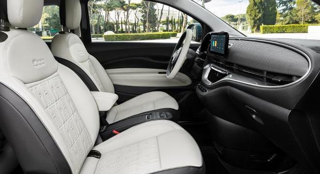 Interior simplificado segue padrão elegante e prioriza conectividade