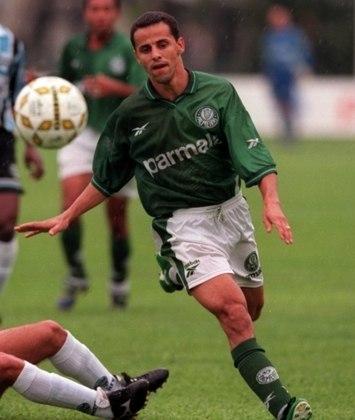 """Ficou conhecido como """"O Filho do Vento"""" e se aposentou depois de jogar pelo América-MG, em 2011. Hoje mora na Espanha, onde acompanha a carreira de seu filho no Deportivo Leonesa."""
