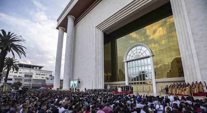 Fiéis acompanham solenidade no Templo de Salomão