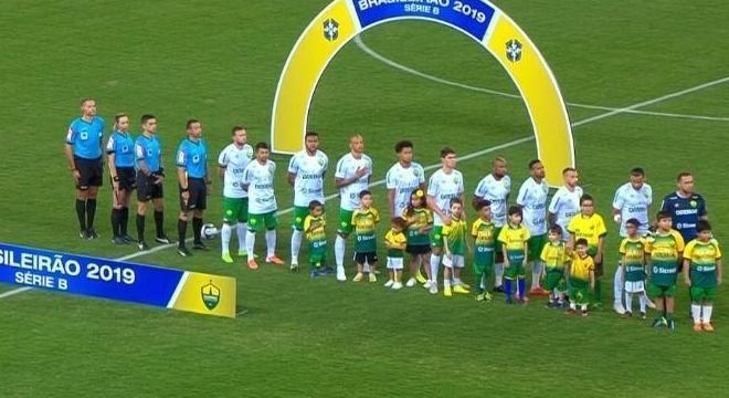 Só o Cuiabá ouvindo o hino nacional. O Figueirense não entrou em campo