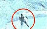 Nas imagens divulgadas por ele, uma figura com formato humano aparece em uma cordilheira