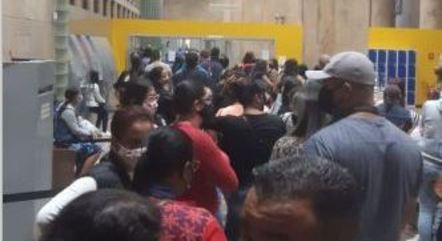 Mães aguardam cartão para pagamento do salário em SP