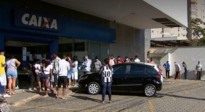 Em todo Estado, população faz fila para retirar auxílio emergencial de R$ 600