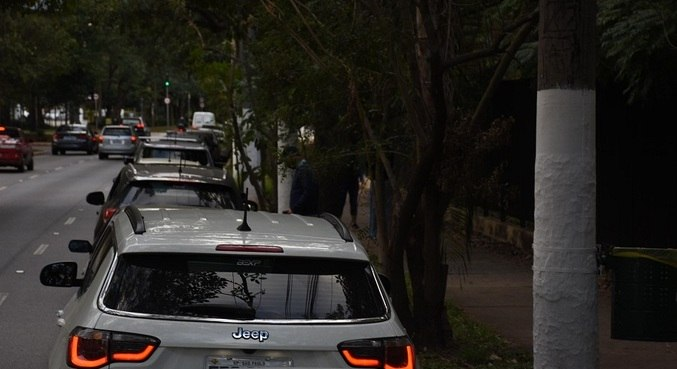 Longas filas também de automóveis também foram vistas na capital