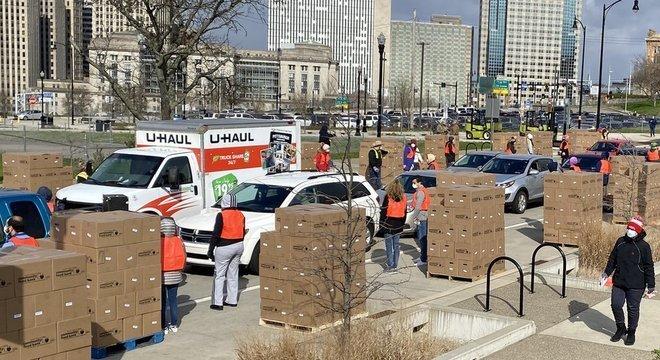 Em alguns dos eventos de distribuição de comida organizados pelo Greater Pittsburgh Community Food Bank, na Pensilvânia, a fila de carros se estende por quilômetros