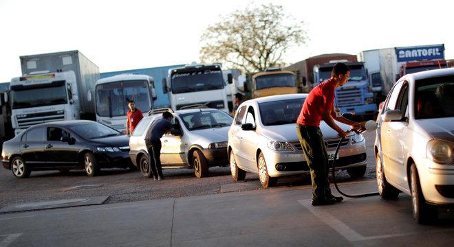 Com a greve dos caminhoneiros, consumidores fazem fila para abastecer veículos e passaram a pagar mais caro em alguns estabelecimentos