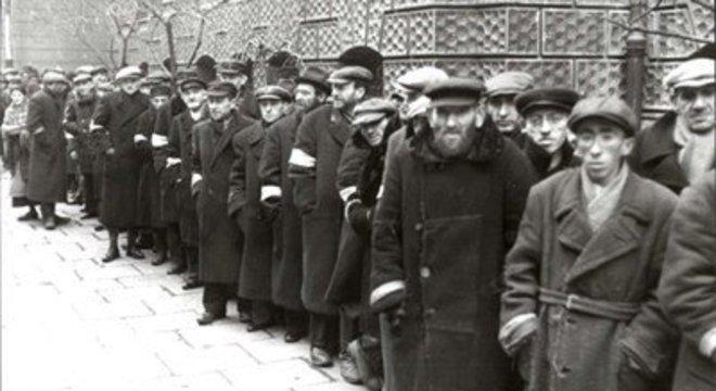 Judeus identificados por faixas nos braços em Varsóvia, Polônia, em 1941