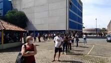 Professores se aglomeram em fila de teste para covid-19 em SP