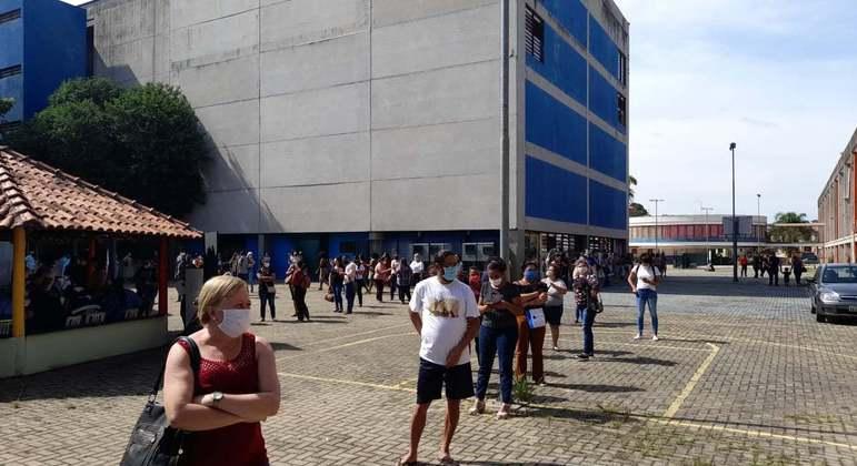 Fila de professores por teste de covid-19 no CEU Perus