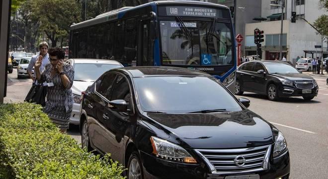 Fila de veículos parados na Faria Lima, forçando ônibus a deixar faixa exclusiva