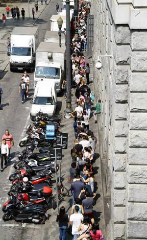 Pessoas enfrentam fila à procura de trabalho em São Paulo