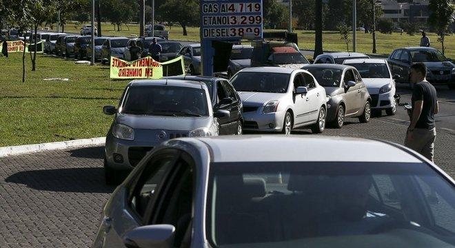 Fila em posto de combustível em Brasília nesta quinta-feira; efeito manada em momentos críticos pode intensificar a escassez