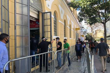 Clientes fazem filas para entrar nos estabelecimentos