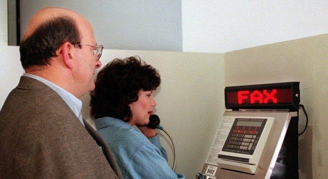 Fila para usar aparelho de fax em aeroporto americano, no ano 2000; tomara que ninguém estivesse com muita pressa
