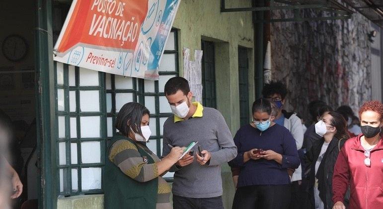 Paulistanos esperam em fila para se vacinar na UBS da Avenida Ceci, na zona sul de SP