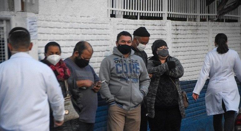 Munícipes esperam em fila para vacinação na UBS Malta Cardoso, na zona oeste