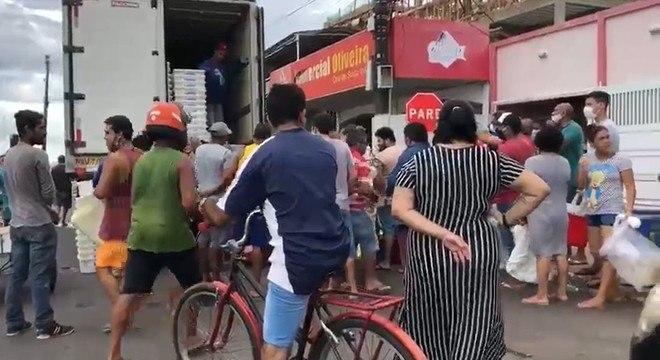 Cidadãos fazem fila no Amapá