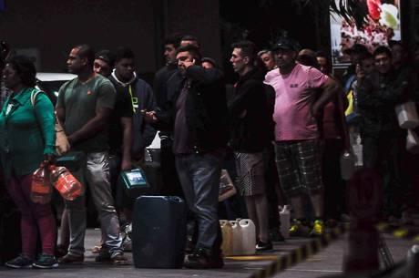Em Sorocaba (SP), longas filas se formaram nos postos