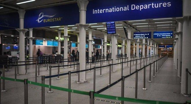Reino Unido enfrenta novas restrições, incluindo cancelamento de viagens, devido à nova variante do vírus