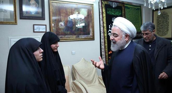 Filha de Soleimani em encontro com o presidente do Irã Hassan Rohani, neste sábado (4)