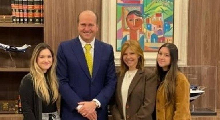 As irmãs Maria e Sofia Liberato, com o advogado Nelson Willians  e a mãe Rose Miriam