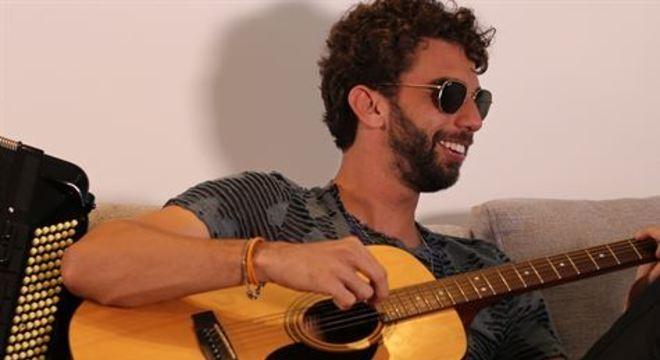 Filho do cantor e compositor Nando Cordel, Tauã lança seu terceiro single e segue em carreira solo