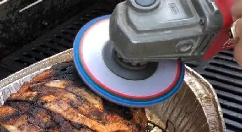 Filho usou esmerilhadeira para salvar carne queimada pela mãe