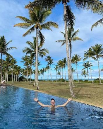 Em uma das publicações, na Bahia, ele aparece em uma piscina com vista privilegiada para o marVeja também:Filho de Faustão passa por transformação após cirurgia bariátrica