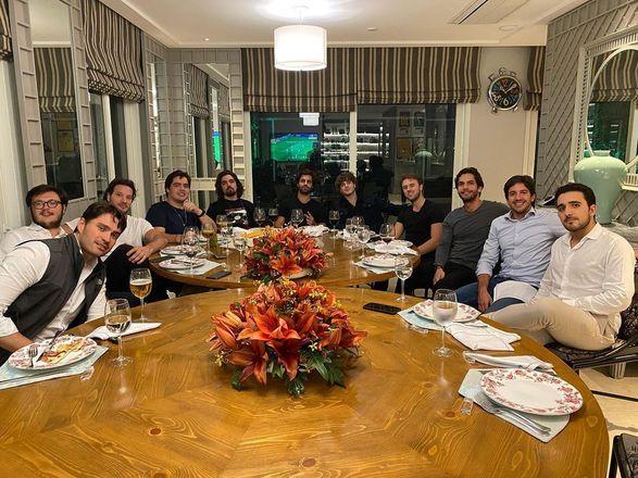 Os jantares luxuosos também fazem parte da rotina do adolescenteLeia:Mulher de Faustão posta foto com apresentador em casa após boatos de internação na UTI