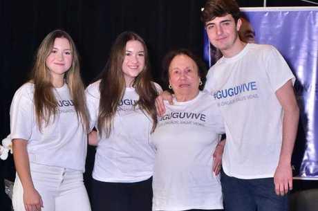 Filhos e mãe de Gugu posaram com camiseta da ação
