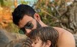 O primogênito é puro grude com o pai. Em um passeio de cachoeira, o menino aparece no colo de Gusttavo, com direito a carinho e até pipoca na boca