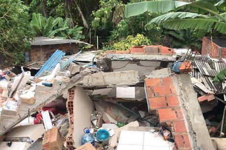 Prédio de três andares desabou, matando quatro pessoas