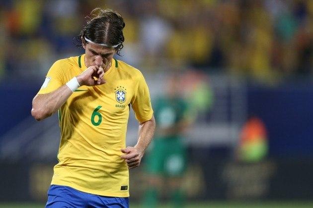 Jogador de renome na Europa, passando por Chelsea e Atlético de Madri, Filipe Luis, mais um do Fla, é o lateral esquerdo dessa escalação