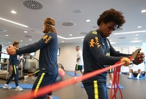 ... Filipe Luís e Willian fazem exercícios na preparação para amistoso  contra a Croácia br  9ee4e6acc44ac