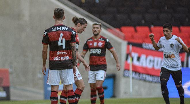 Filipe Luís marcou gol contra na vitória do Flamengo sobre o Atlético-MG