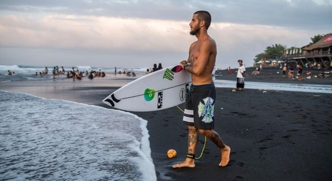 Filipe Toledo classificou para as oitavas da etapa de Bali do Mundial