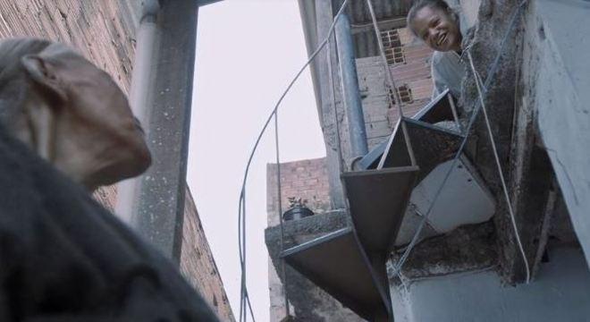 """Cena do filme """"Alzheimer na periferia"""" que mostra 'puxadinho' na casa de Cida"""