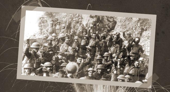 Soldados norte-americanos do 64º Regimento comemoram fim da Primeira Guerra