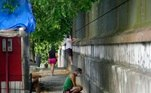 Na foto, movimentação na frente do cemitério Nossa Senhora Aparecida. Parentes e amigos prestam homenagens do lado de fora