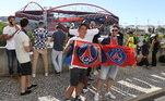 Mesmo sem ter autorização devido à pandemia do novo coronavírus, torcedores do PSG ficam em volta do estádio da Luz