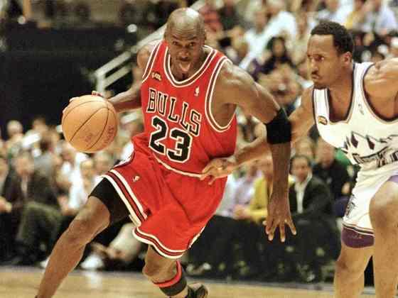 Final da NBA 1998 (sábado 20h, ESPN) - Para os amantes do basquete, uma oportunidade imperdível. O repeteco do Jogo 6 da decisão entre Utah Jazz e Chicago Bulls, que valeu o sexto e último título da NBA do maior jogador de todos os tempos deste esporte, Michael Jordan.